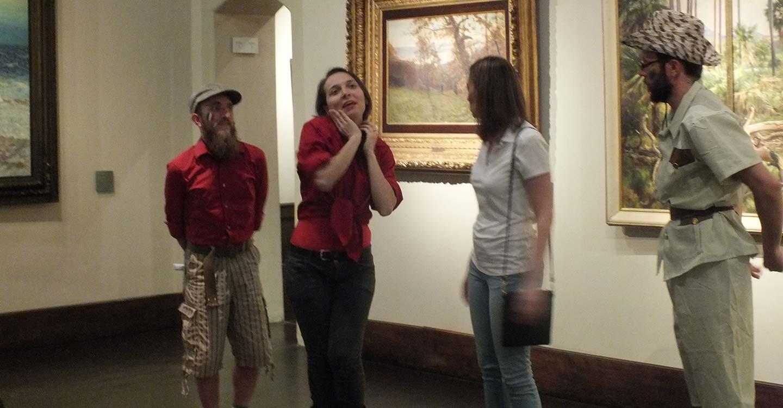 attori che inscenano una visita teatralizzata al museo